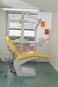 großzügige und zweckmäßig eingerichtete Behandlungszimmer sorgen dafür, dass Sie sich wohl fühlen können